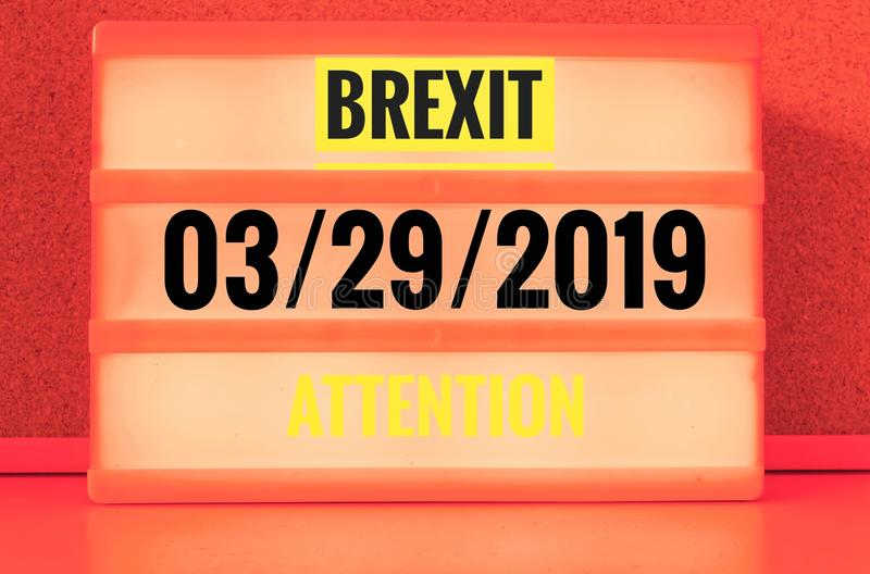 Segno luminoso con l'iscrizione in inglese Brexit e 03/29/2019 ed attenzione, in tedesco 29 03 und 2019 Achtung, simbolizzante w immagine stock libera da diritti