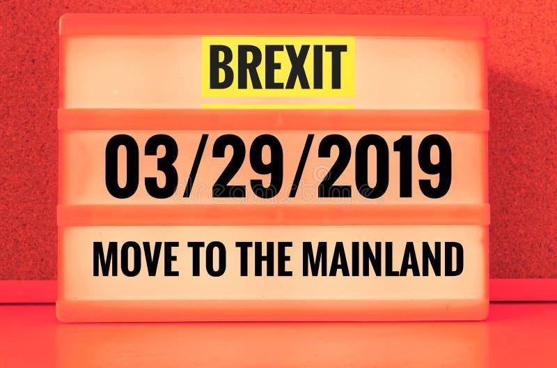 Segno luminoso con l'iscrizione in inglese Brexit e 03/29/2019 e movimento verso il continente, in tedesco 29 03 aufs 2019 dello  fotografie stock libere da diritti