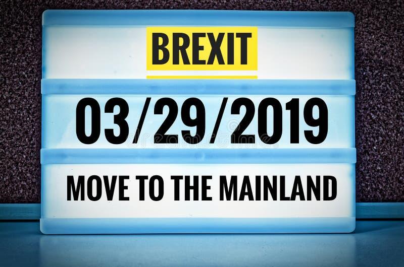 Segno luminoso con l'iscrizione in inglese Brexit e 03/29/2019 e movimento verso il continente, in tedesco 29 03 aufs 2019 dello  immagini stock libere da diritti