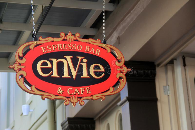Segno luminoso e variopinto che accoglie favorevolmente gli ospiti nel caffè espresso Antivari di Envie & nel caffè, New Orleans, immagine stock libera da diritti