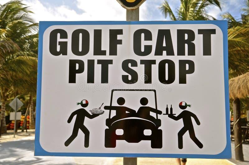 Segno per i carretti di golf sulla via fotografia stock libera da diritti