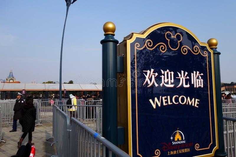 Segno positivo davanti all'entrata principale nel parco di Disneyland in Sha fotografia stock