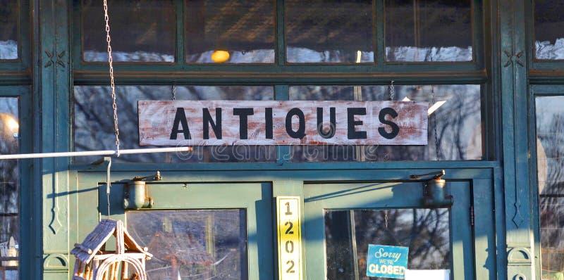 Segno positivo del negozio di oggetti d'antiquariato immagine stock libera da diritti