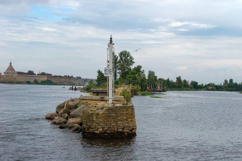 Segno-punto di riferimento del fiume all'entrata al canale di Ladoga fotografia stock