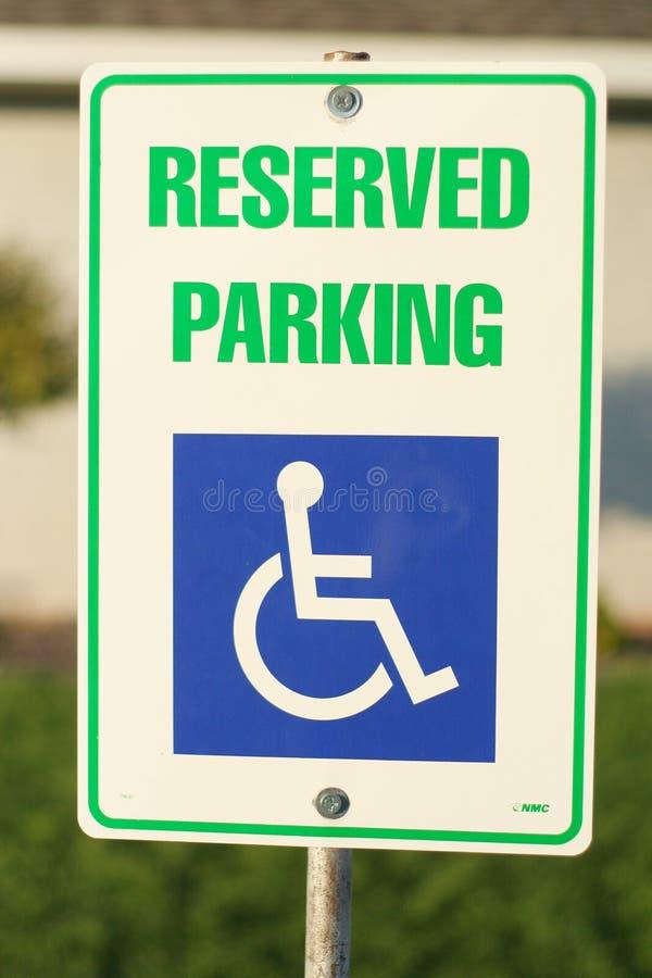Segno riservato di parcheggio immagine stock