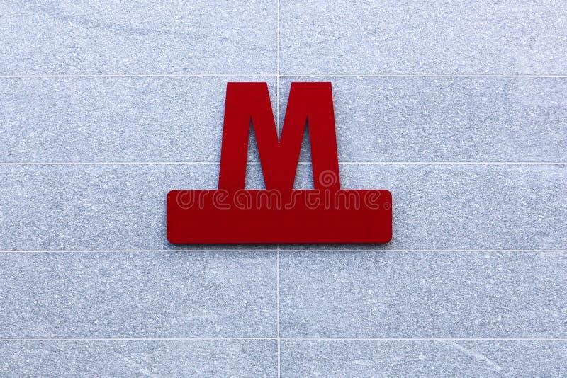 Segno rosso della metropolitana su una parete a Copenhaghen, Danimarca fotografia stock