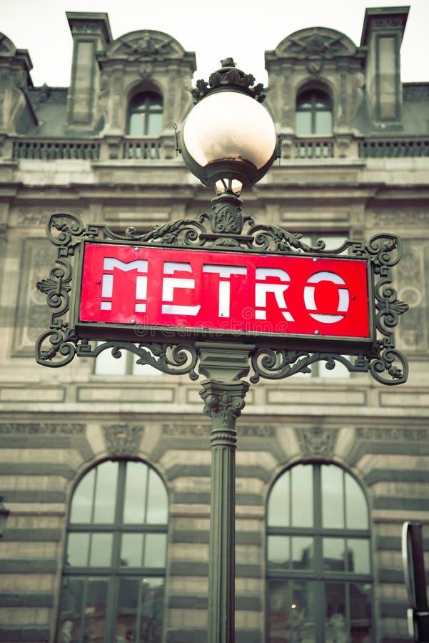 Segno rosso della stazione della metropolitana di Parigi fotografia stock libera da diritti