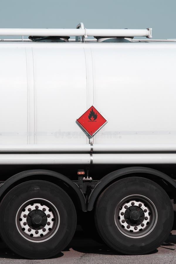 Segno rosso sul camion di autocisterna del combustibile immagine stock