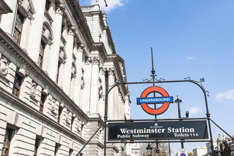 Segno sotterraneo di Londra alla stazione di Westminster immagini stock