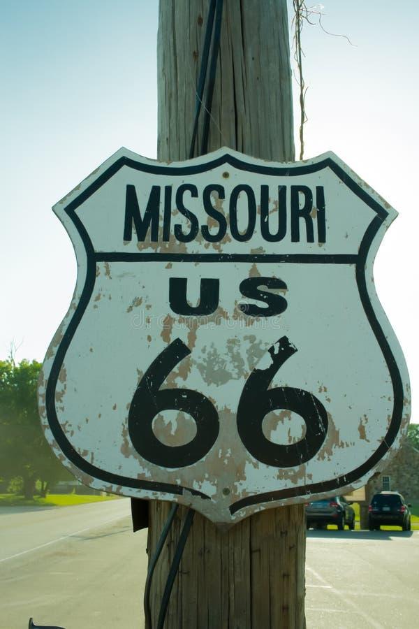 Segno stracciato della strada principale dell'itinerario 66 del Missouri fotografia stock libera da diritti