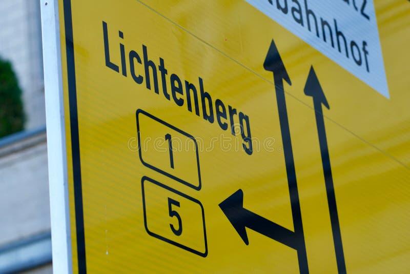 Segno tedesco sugli approcci ai vicoli delle giunzioni a Lichtenberg, Berlino fotografie stock