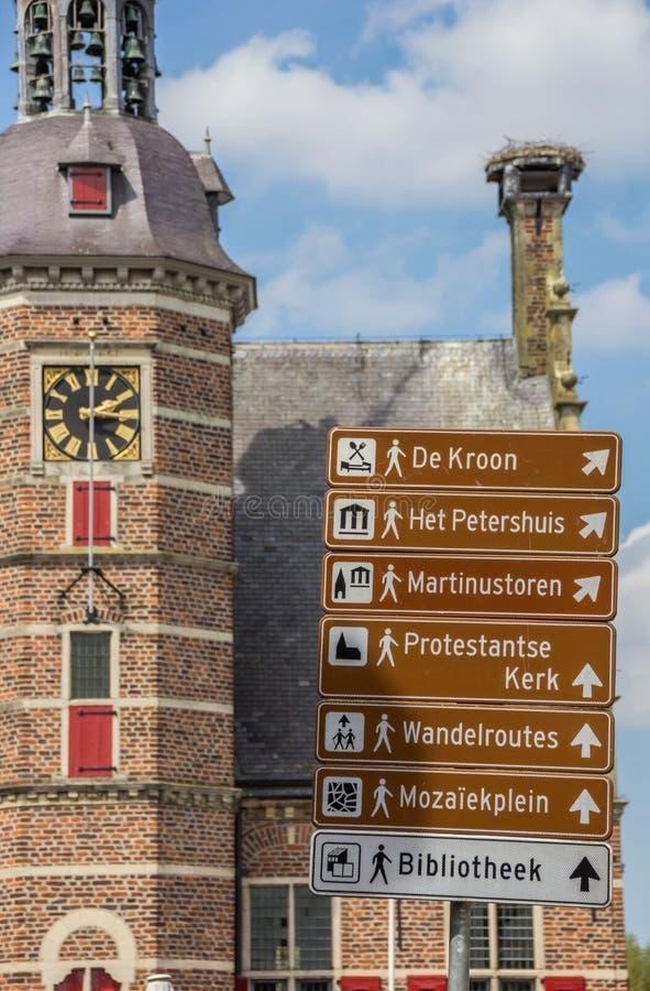 Segno turistico e il Petershuis in Gennep immagini stock