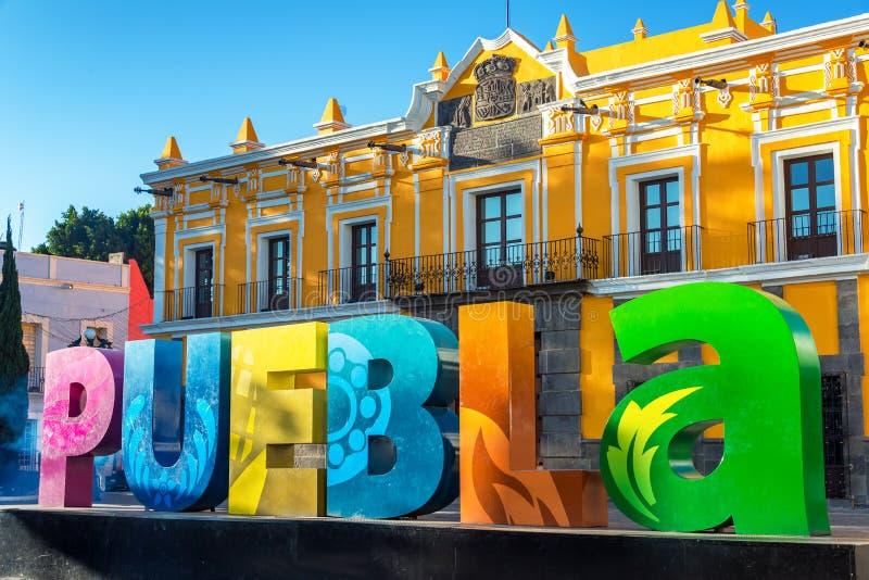 Segno variopinto e teatro di Puebla fotografia stock libera da diritti