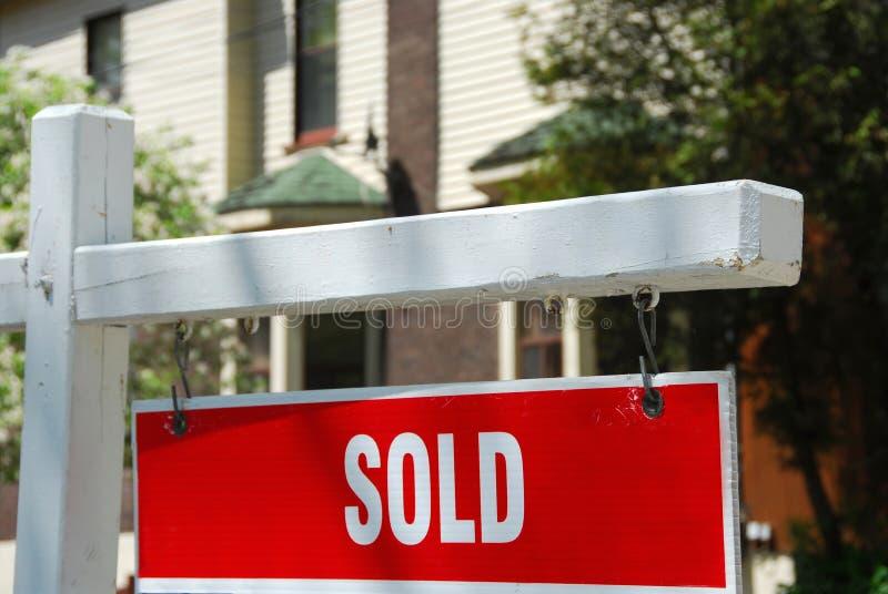 Segno venduto della casa immagini stock