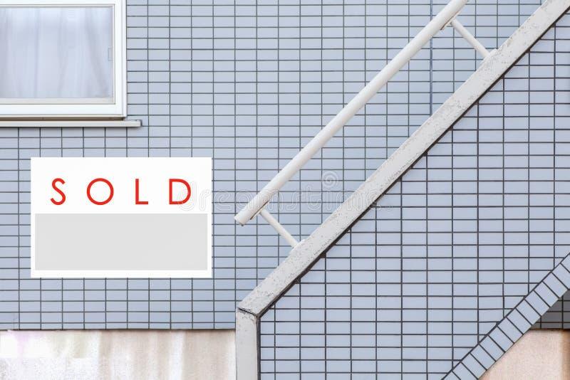 Segno venduto di Real Estate davanti alla casa fotografia stock libera da diritti