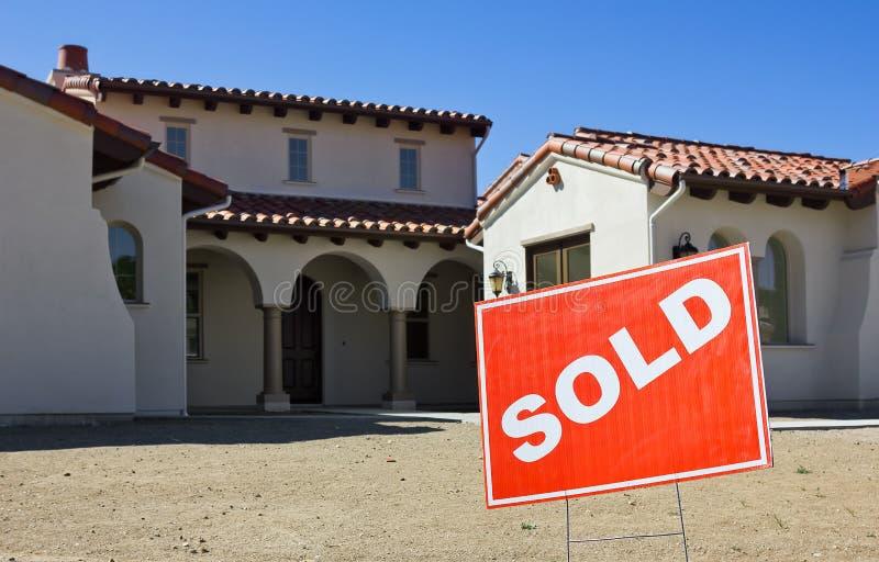 Segno venduto per una nuova casa immagine stock