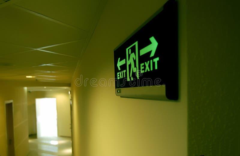 segno verde d'ardore dell'uscita di sicurezza della costruzione fotografia stock libera da diritti