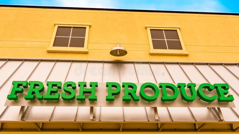 Segno verde intenso dei prodotti freschi su una parte anteriore gialla del deposito fotografia stock libera da diritti