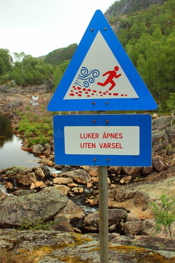 Segno vicino alla cascata di Dorgefoss, Norvegia fotografia stock
