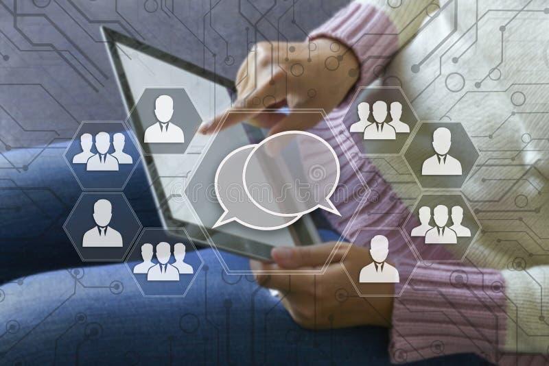 Segno virtuale il web del messaggio sul touch screen con una sfuocatura immagini stock libere da diritti