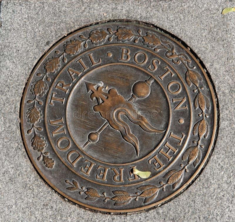 Segno visto ad un marciapiede a Boston, mA del metallo della traccia di libertà immagine stock libera da diritti