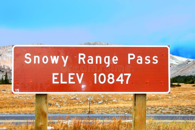 Segno Wyoming di altitudine del passaggio della gamma di Snowy fotografia stock libera da diritti