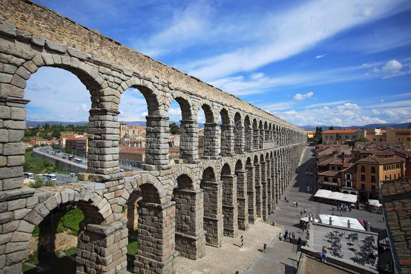 Segovia,西班牙 Plaza del Azoguejo和古老罗马渡槽 免版税库存图片