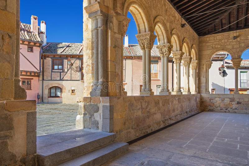 Segovia - η σκεπαστή είσοδος πρόσοψης της Romanesque εκκλησίας Iglesia de SAN Lorenzo και το τετράγωνο με το ίδιο όνομα στοκ εικόνες