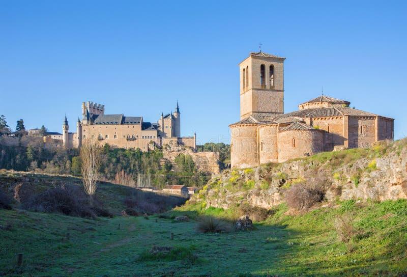 Segovia - η romanesque εκκλησία Iglesia de Λα Βέρα Cruz και Alcazar στοκ εικόνα με δικαίωμα ελεύθερης χρήσης
