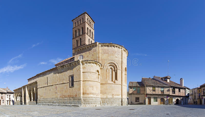 Segovia - η Romanesque εκκλησία Iglesia de SAN Lorenzo και το τετράγωνο με το ίδιο όνομα στοκ εικόνα