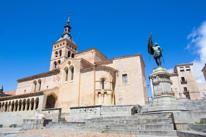 Segovia - de kerk van San Martin en gedenkteken van Juan Bravo stock afbeelding