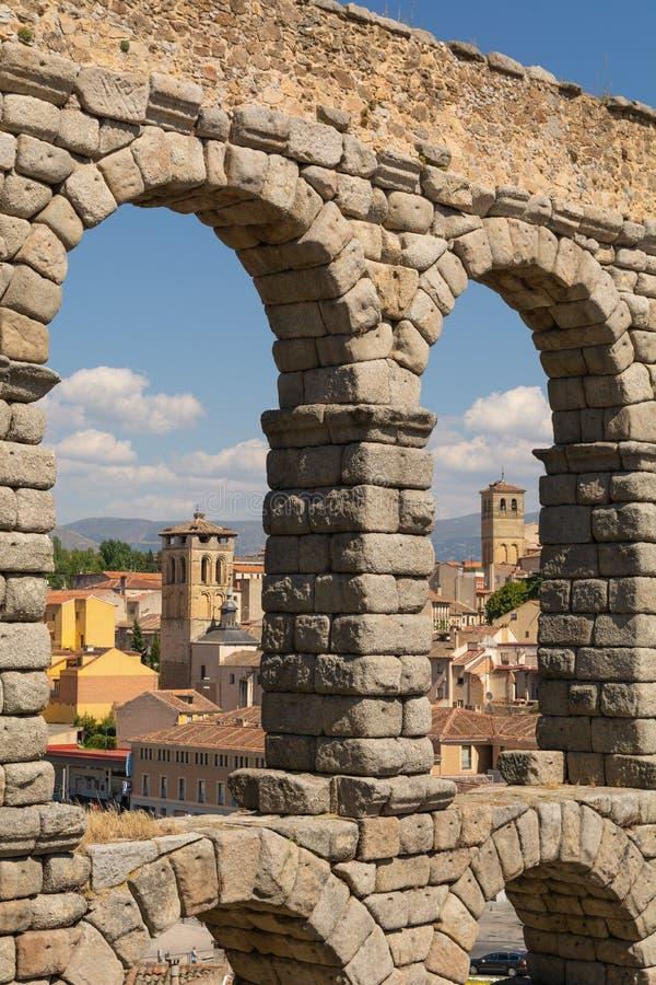 Segovia dentro del acueducto de Segovia con un marco natural fotografía de archivo libre de regalías