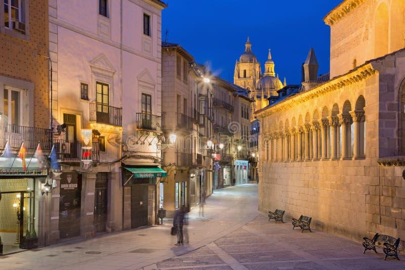 SEGOVIA, ESPAÑA: Calle de Calle Juan Bravo y la catedral en el fondo en la oscuridad imágenes de archivo libres de regalías