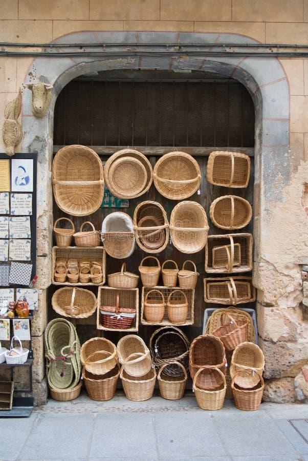 SEGOVIA, ESPAÑA - 11 DE FEBRERO DE 2017: Cestas hechas a mano de mimbre en la tienda de una calle turística de Segovia fotos de archivo libres de regalías