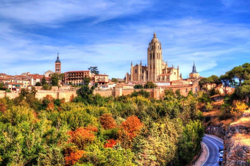 Segovia, Hiszpania Widok nad miasteczkiem z swój średniowiecznymi ścianami i katedrą zdjęcie stock