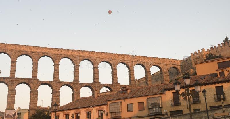Segovia Spanien: Römischer Aquädukt an der Dämmerung lizenzfreies stockbild