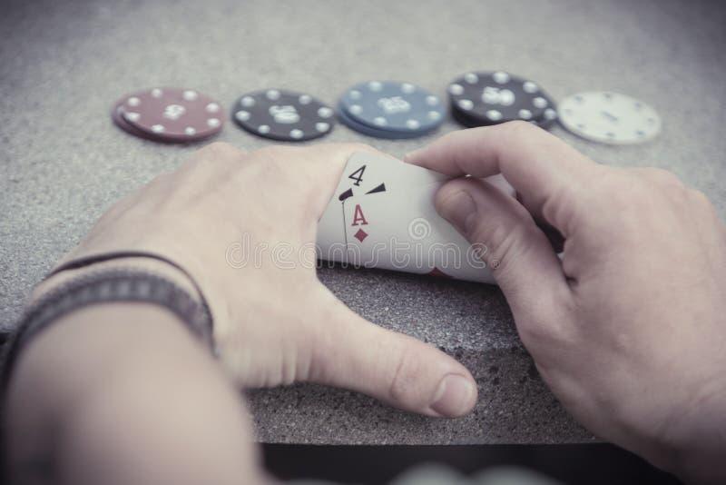 Segra handen Texas Hold dem poker arkivbilder