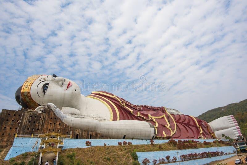 Segra Sein Taw Ya, det störst som vilar Buddhabild i världen, i Kyauktalon Taung, nära Mawlamyine, Myanmar arkivfoton