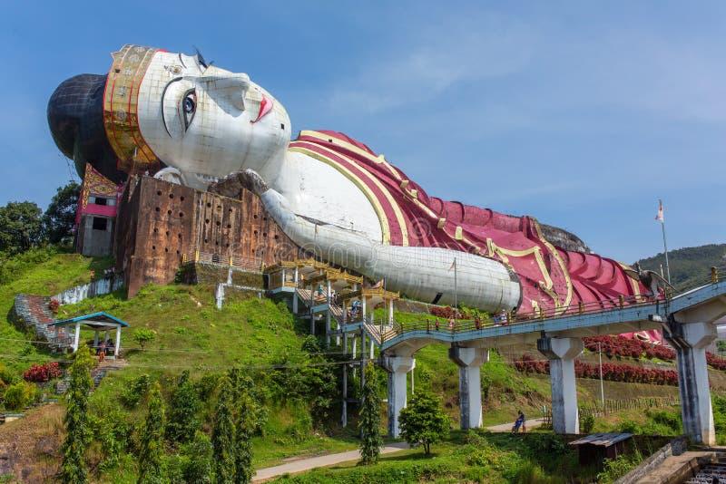 Segra Sein Taw Ya, det störst som vilar Buddhabild i världen, i Kyauktalon Taung royaltyfri foto