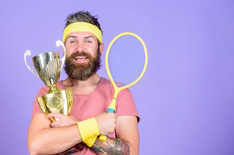 Segra varje tennismatch som jag tar delen in Tennisspelaresegermästerskap Racket för idrottsman nenhålltennis och guld- bägare ma arkivbilder