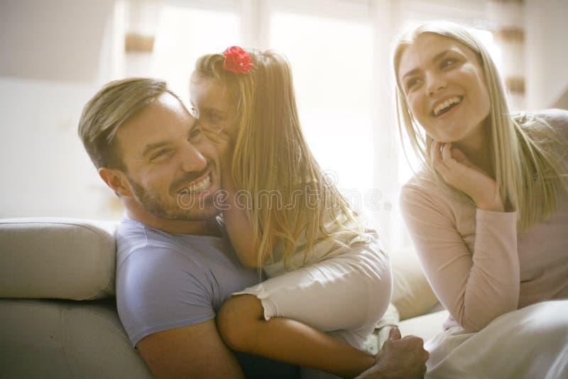 segredo Família nova em casa imagem de stock royalty free