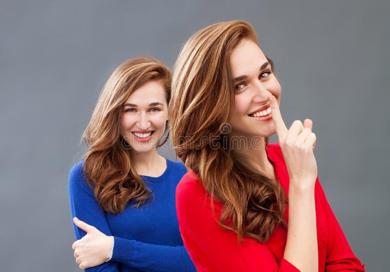 Segredo na felicidade com a mesma jovem mulher lindo fotografia de stock