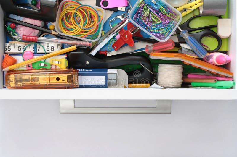 Segredos da gaveta dos artigos de papelaria expor imagens de stock