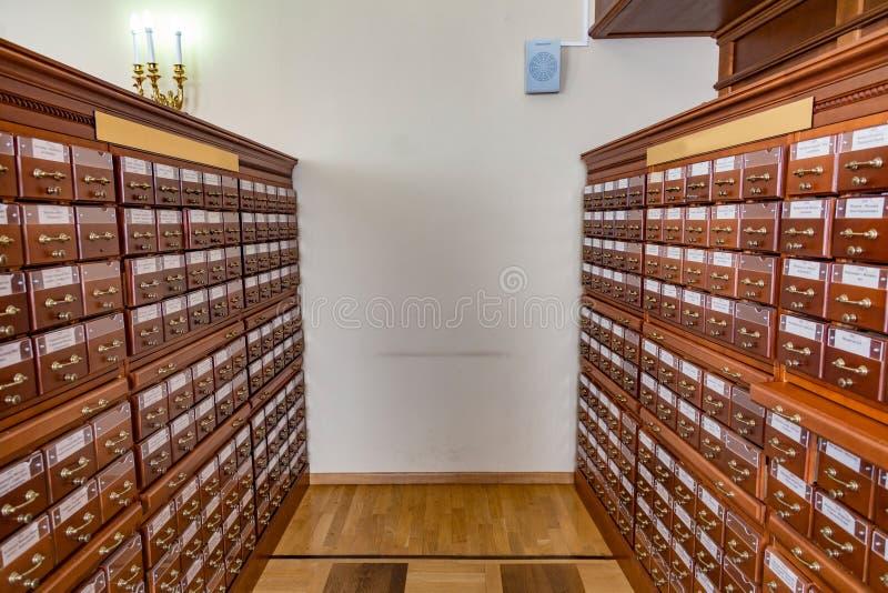 Segregowanie gabinety w bibliotece obraz stock
