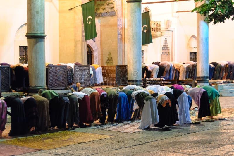 Segregujący muslims w Isha modlitwie fotografia stock