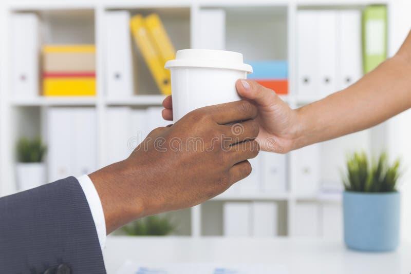 Segretario che dà caffè al suo capo fotografia stock libera da diritti