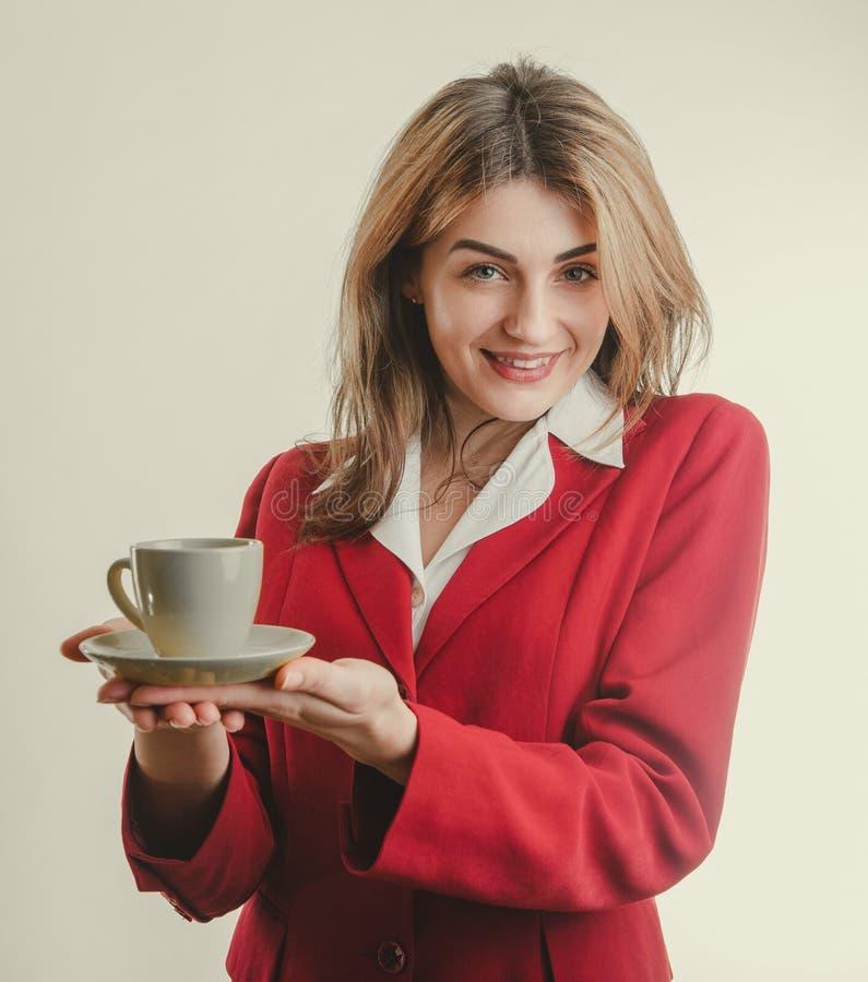 Segretario piacevole dà il caffè fotografia stock libera da diritti