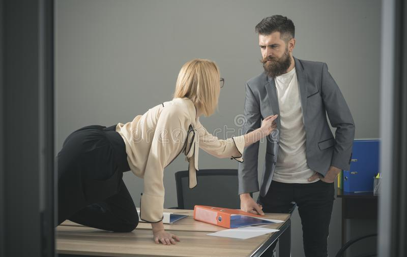 Segretario sexy che flirta con il capo in posto di lavoro molestia sessuale e concetto di abuso dell'ufficio fotografia stock libera da diritti