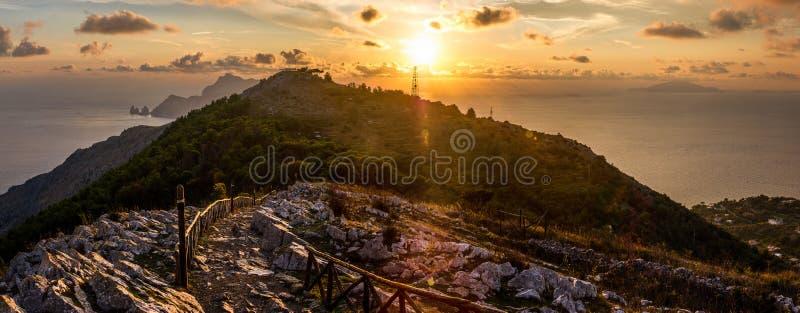 Segua il percorso per raggiungere Capri e le isole degli ischi immagini stock