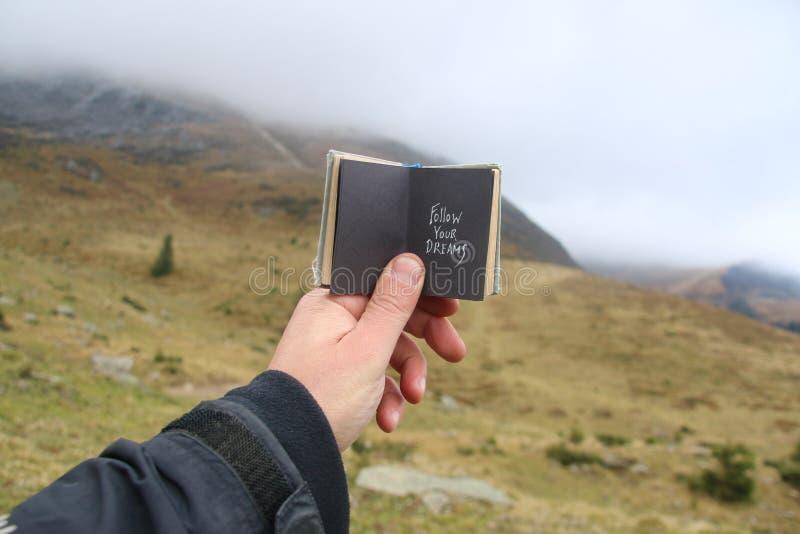 Segua il vostro concetto di sogni, di viaggio o di viaggio fotografie stock libere da diritti